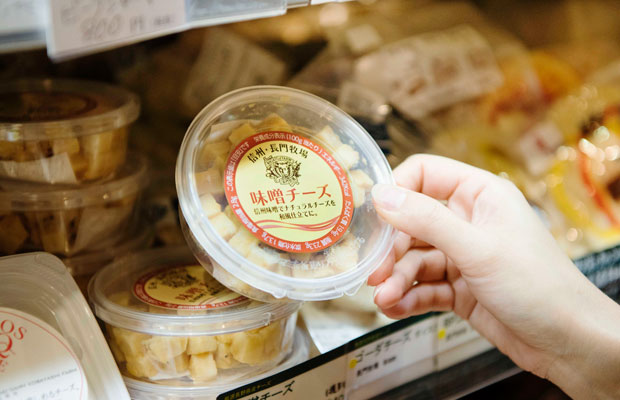 濃厚なチーズと味噌の深い風味が織りなす絶妙な味わいが人気の〈味噌チーズ〉。発酵食好きにはたまらないアイテムの数々が揃います。
