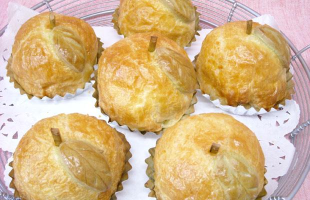 限定商品のひとつ、〈加工組合さくら〉の〈丸ごとりんごパイ〉。