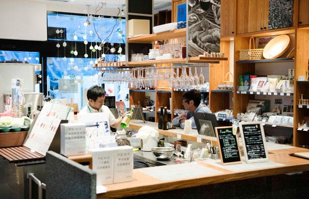 店内入ってすぐのバルカウンターはちょい呑みに人気。