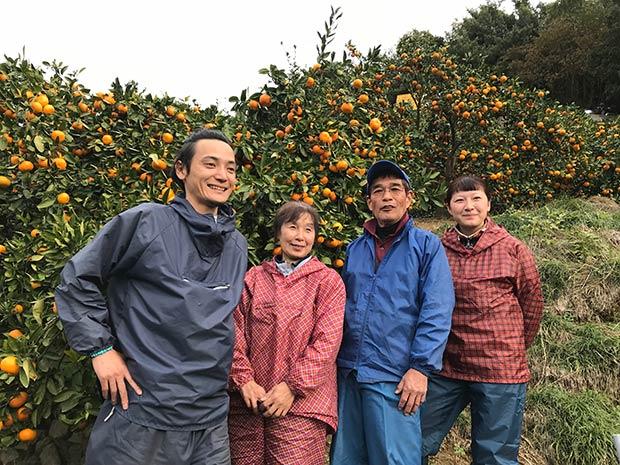 和歌山のみかん農家と、収穫に携わった援農者1。