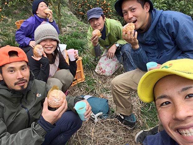 和歌山のみかん農家と、収穫に携わった援農者2。