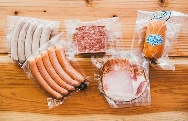 左上から時計回りに、国際的な食肉加工品コンクール「スラバクト」で金星賞受賞した焼ソーセージ、田舎風パテ、クリームサラミ、ロースハム、あらびきウィンナー。