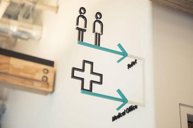 サイネージや英語フォント、カフェのバッグやカップは、グラフィックザインを手がける〈株式会社10〉によるもの。