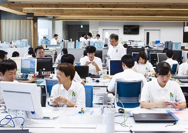 宮崎県立小林秀峰高校の生徒が〈シムシティ ビルドイット〉で、まちづくりのシミュレーション体験