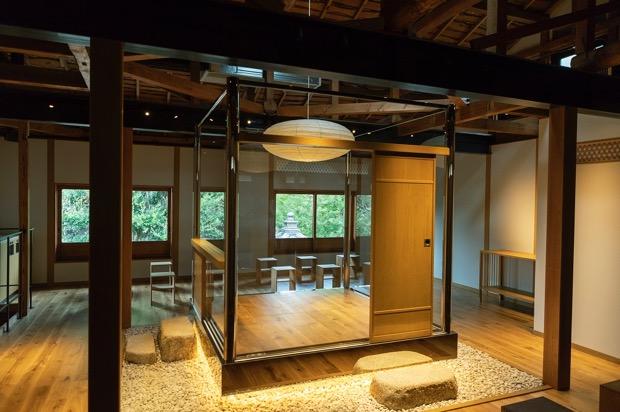 日東堂にあるガラスの和室「美庵」
