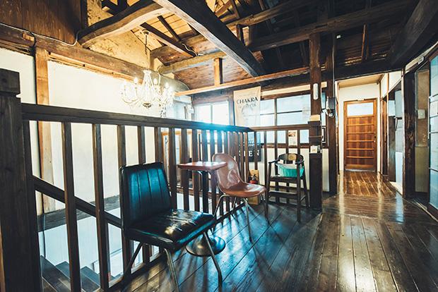 〈BRICK MALL SASEBO〉内には、カフェやバー、生活雑貨店、マッサージ店やアートスタジオなど8〜9店舗が入居。