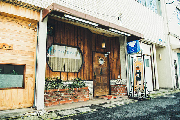 路地裏にひっそりとたたずむ〈くにまつ〉。佐世保を代表する喫茶店のひとつです。