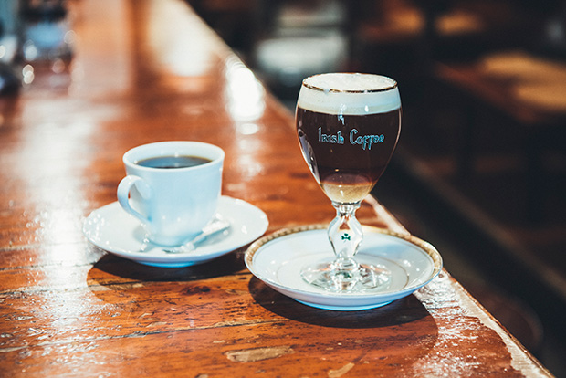オープン当初から変わらない、7種の豆を配合した〈ブレンド・コーヒー〉550円(左)と、ホイップクリーム、コーヒー、ウイスキー、ザラメと美しく層を成し、飲むほどに味が変化していく〈アイリッシュ・コーヒー〉800円(右)。