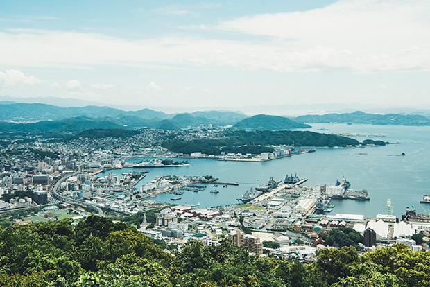 佐世保港の全景と九十九島を一望できる〈弓張岳展望台〉。