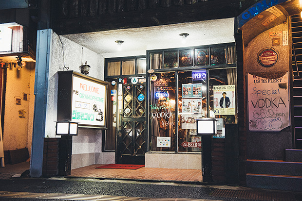 40年以上、佐世保の夜を見つめてきた外国人バー〈グラモフォン〉。