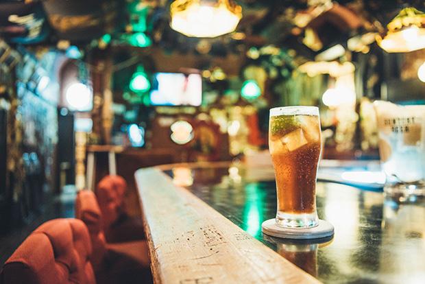 〈ロングアイランドアイスティー〉1,100円。ビールは600円〜。注文のたびに代金を支払う、キャッシュオンデリバリーのシステムです。