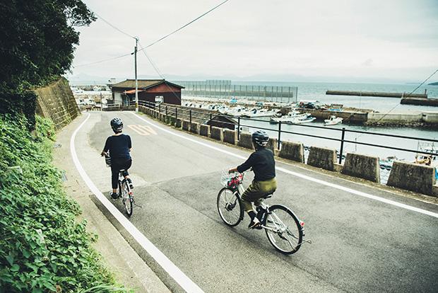 黒島内の散策は、〈黒島ウェルカムハウス〉で借りられるレンタサイクルがおすすめ。電動アシスト自転車で、坂道もらくらく!