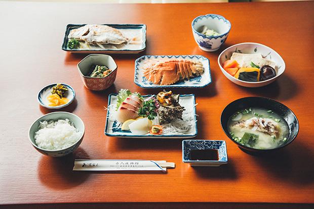 〈喜久屋旅館〉の島めし。島で水揚げされた魚介類はもちろん、島豆腐と野菜の煮物など、昔ながらの郷土の味が並びます。