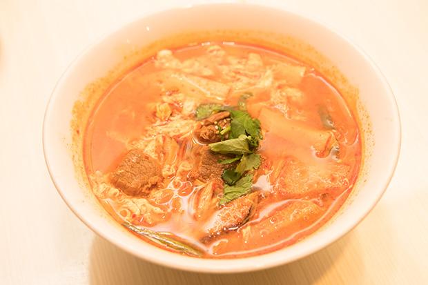 カルビクッパ。ご飯もの、スープ、麺類はすべてハーフサイズあり。620円(ハーフ380円)