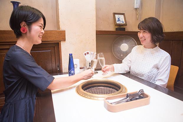 姉の村上晴香さん(右)と妹の智香さん(左)。ふたりとも帯広市内の高校を卒業後、大学進学で上京。晴香さんはPR会社や公益財団法人に勤務後フリーに。智香さんは卒業後に帯広に戻り薬剤師として病院に勤務。性格が対照的だからケンカにならないという、仲のいい姉妹です。