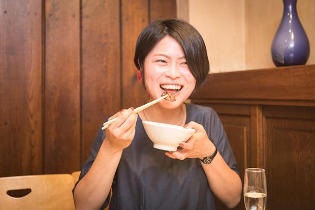 白いご飯とジンギスカン。大好きな組み合わせに智香さんもにっこり。北海道と帯広が大好きな智香さん。平和園のジンギスカンをいつでも食べられるいまの環境に満足しているそうです。「私が戻った頃からファーマーズマーケットやマルシェが帯広で開かれるように。農家や酪農家の友人も増えたし、地元暮らしは想像以上に快適です」