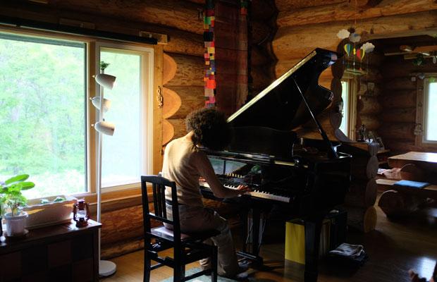 稲垣さんは楽譜を見ない。目をつむり伸びやかにピアノを弾く姿は、違う世界へトリップしているかのようだった。