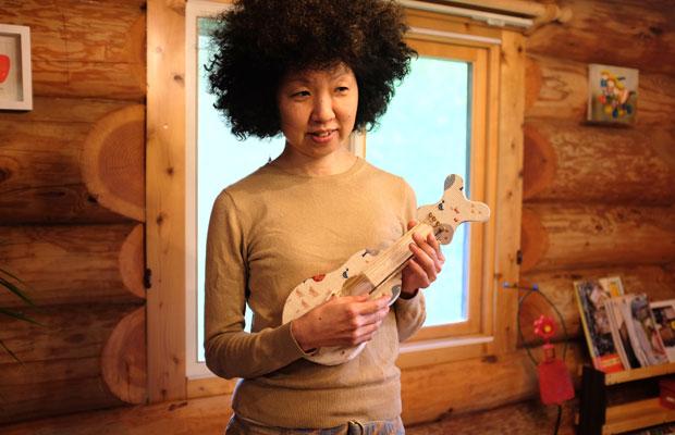 森の山荘にあったオモチャのウクレレを持つ稲垣さん。少しおしゃべりをすると、すぐにまたピアノに戻っていった。
