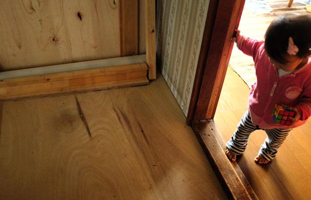 夫が半年以上手をつけられずにいた改装途中の一室。3日間であっという間に床ができた! これぞ稲垣さん効果(やればできるじゃん!)。