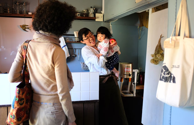 神奈川から小樽、そして美流渡へと移住した新田陽子さんが営む〈コーローカフェ〉。元炭鉱住宅だった長屋を夫妻で改修し、住居だけでなくカフェスペースもつくった。