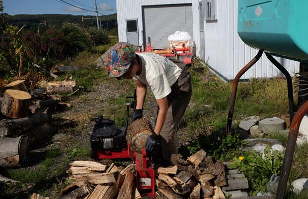 シェアハウスの住人で、セルフビルドの学校の主催者のひとりである吉崎祐季さん。〈ヌカカハウス〉を訪ねると冬に備えて薪割り中だった。