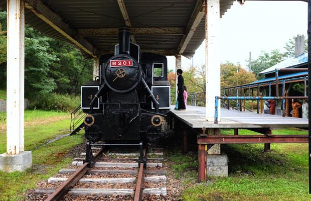 公園には線路が残され機関車も置かれている。