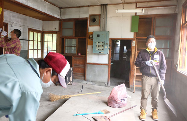 駅舎内にあった備品を動かし、掃除を始めるとホコリがもうもうとたった。(写真提供:岩見沢市観光協会)