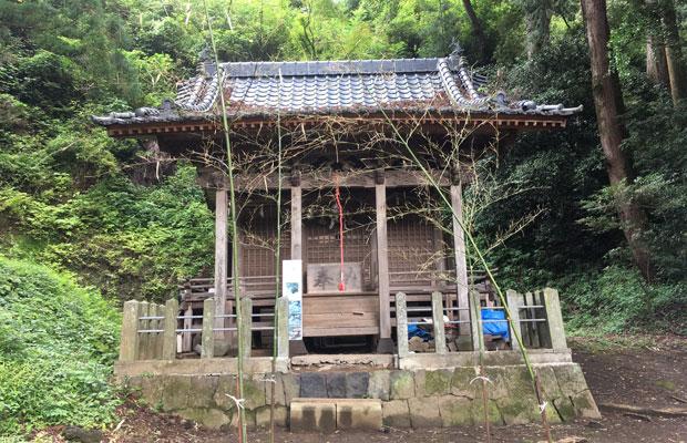 拝殿のなくなった塩井神社。