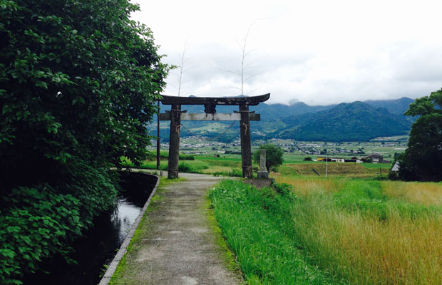 塩井神社につながる鳥居。横には水源から延びる水路が。
