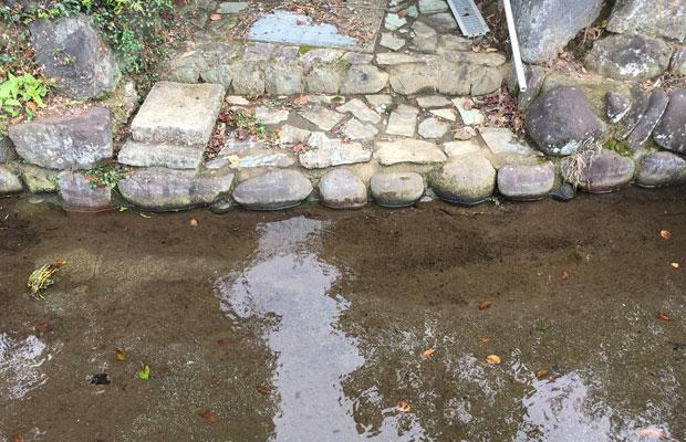 水路脇の家から直接つながる洗い場。生活に結びついいた水路です。