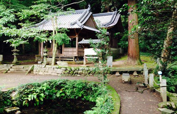 地震以前の塩井神社。まだ手前の拝殿も残っています。