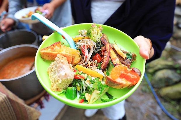 持参された野菜でつくられた料理の数々。