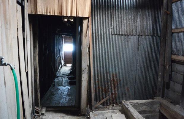 建物の外と内が曖昧な隙間だらけの空間。
