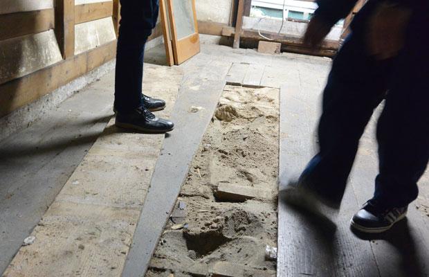 ベテランの職人も驚いた床下の砂場。