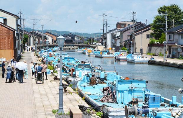 〈カフェuchikawa六角堂〉がある新湊内川の風景。
