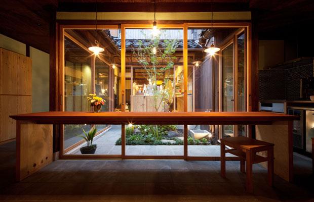 中庭のコンクリートで反射した光が優しく広がる。
