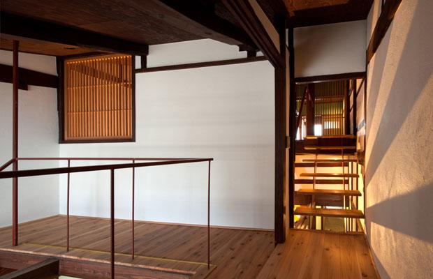 左上の格子窓は最初に階段を通そうと思った開口部の跡。