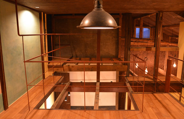 手すりは鉄筋を張り巡らせ、天井は合板で仕上げた。