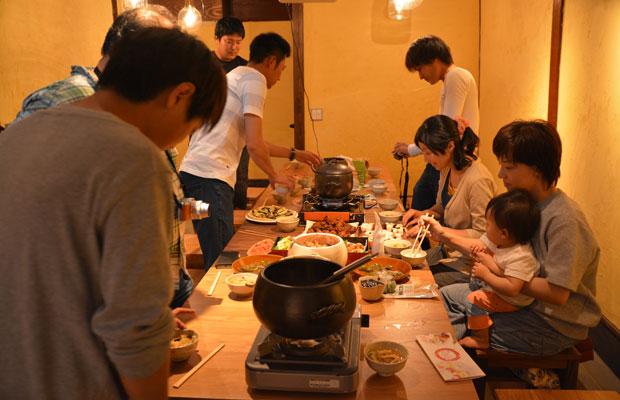 料理を持ち寄り、萬古焼土鍋で炊いたおいしいご飯を楽しむ集まり。
