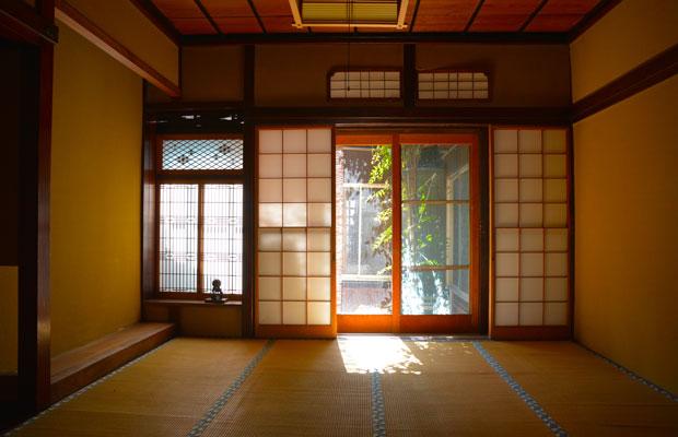 中庭から優しい光が差し込む和室。
