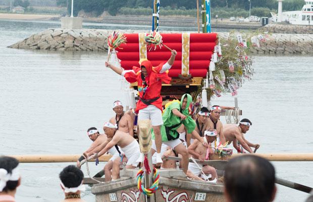 船首の赤と緑の長襦袢を着たふたりの踊りが祭りを盛り上げます。