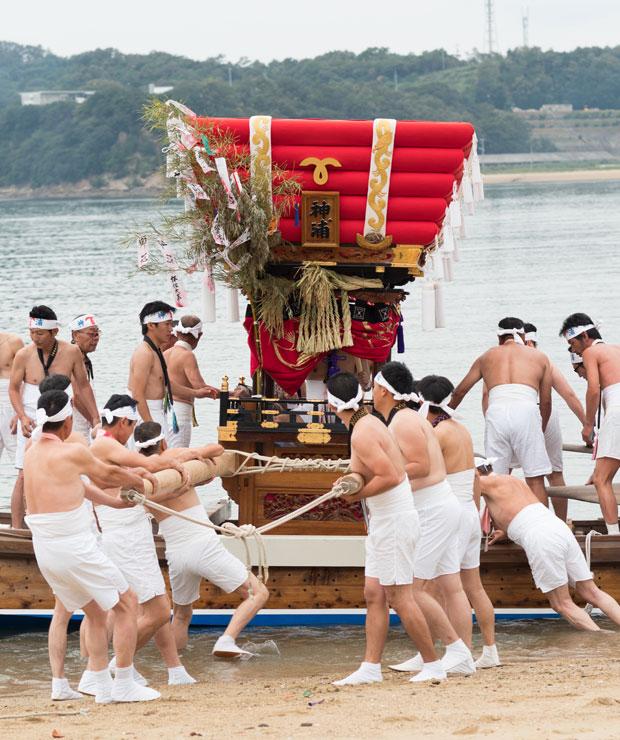 着岸と同時に待っていた人たちが駆け寄り太鼓台を船からおろします。