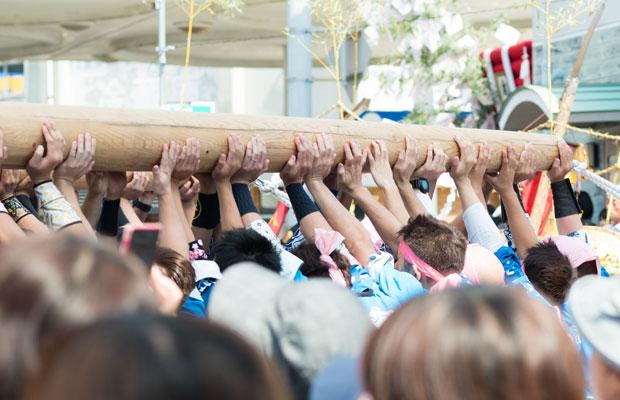 手手手手! 毎年この丸太を持ちあげる男の人たちの連なる手がいい。