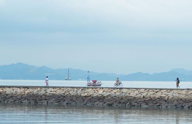 沖のほうに太鼓台を乗せた船を発見!