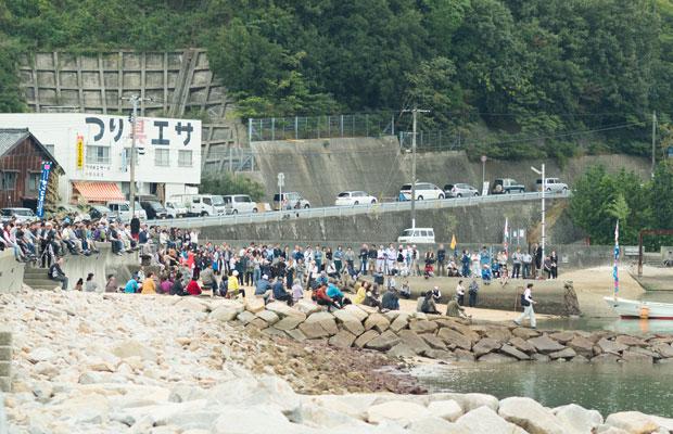 浜にはたくさんの人たちが集まっていました。