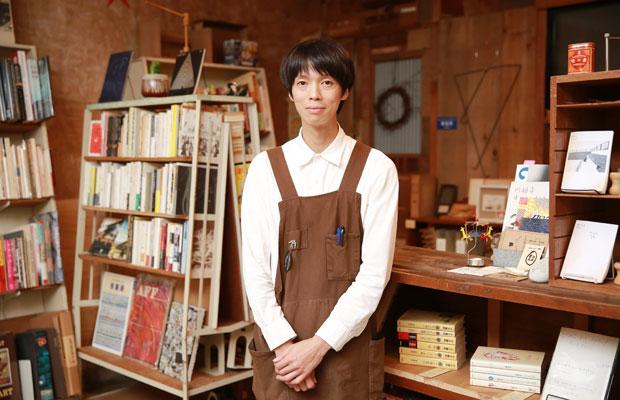 オーナーの天野陽史さん。エプロンは妻で染色作家の裕香子さんがつくった。