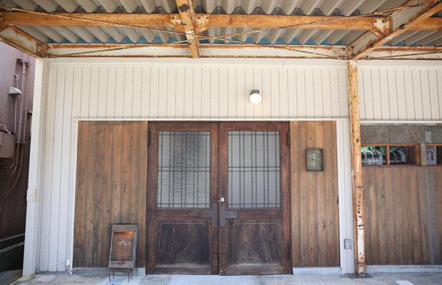 いるふの向かいにある〈スヰヘイ〉。内部は写真撮影できないが、古道具が美術館の展示品のように陳列されている。