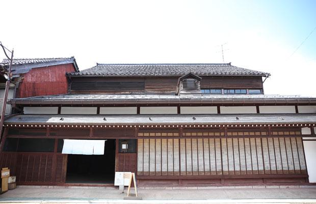 瀬羽町にある国登録有形文化財の〈旧宮崎酒造〉。