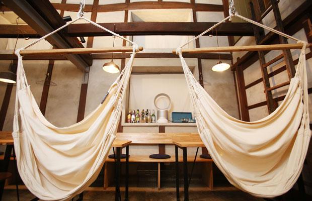 ハンモックに揺られながらリラックスできる〈hammock cafe Amaca〉。