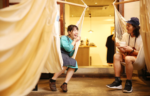 オーナーの坂上さんと妻でシェフの坂上梨菜子さん。